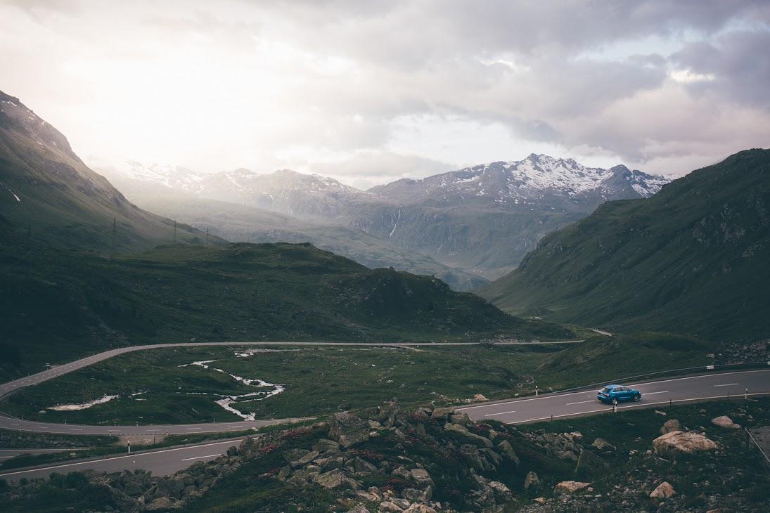 SUV in den Schweizer Alpen